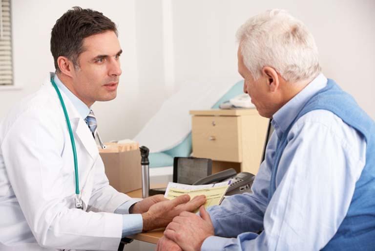 Người cao tuổi bị loãng xương nên thăm khám chuyên khoa để được hướng dẫn điều trị đúng cách