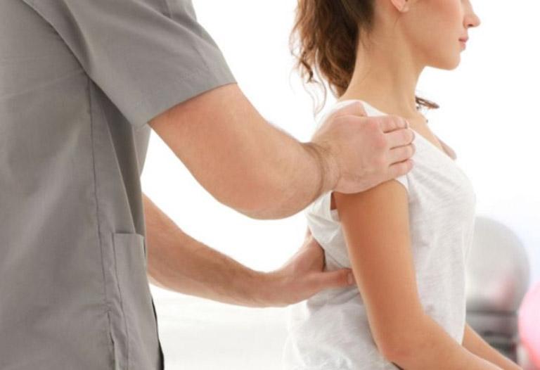 Thăm khám chuyên khoa khi có dấu hiệu của bệnh loãng xương