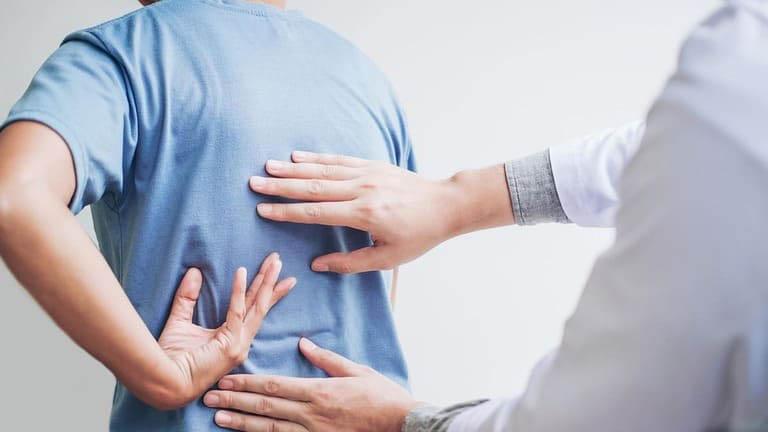 Thăm khám chuyên khoa khi có các dấu hiệu của bệnh viêm khớp dạng thấp