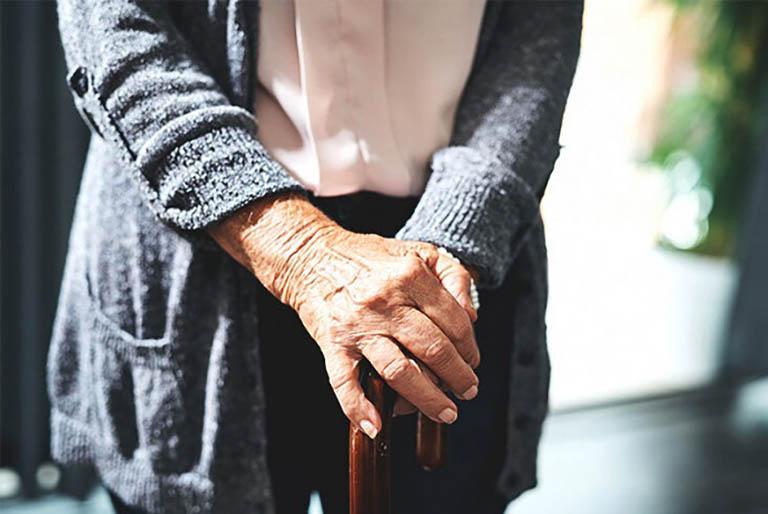 Loãng xương gây đau nhức và ảnh hưởng đến khả năng vận động hàng ngày