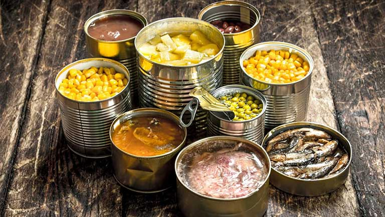 Đồ ăn chế biến sẵn là nhóm thực phẩm mà người bị loãng xương nên hạn chế sử dụng