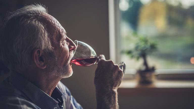 Loãng xương rất dễ khởi phát ở người cao tuổi bị nghiện rượu