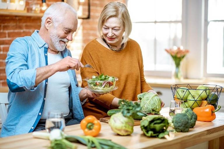 Ăn uống khoa học là cách phòng ngừa loãng xương ở người cao tuổi rất tốt