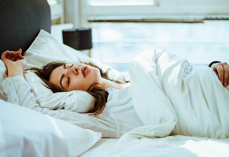 Nằm ngủ đúng tư thế tránh khiến cho tổn thương tại cột sống trở nên ngày càng nặng