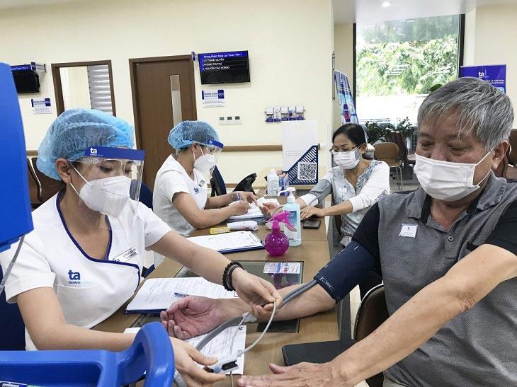 Liên lạc bác sĩ và cơ sở y tế gần nhất khi có dấu hiệu bất thường sau khi tiêm vacxin