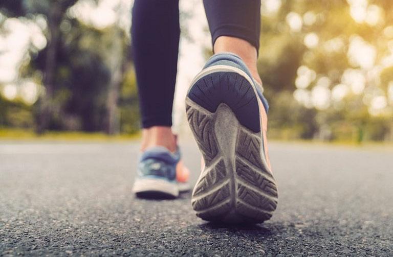 Đi bộ mang lại nhiều lợi ích cho sức khỏe nói chung và xương khớp nói riêng