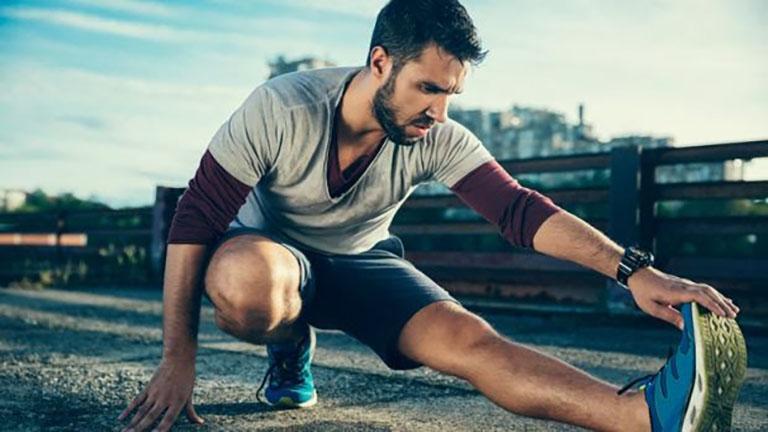 Cần khởi động làm nóng cơ thể trước khi đi bộ để bảo vệ khớp, tránh chấn thương