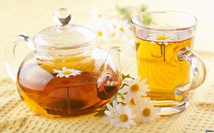 Trà hoa cúc có khả năng an thần, giúp bạn dễ đi sâu vào giấc ngủ
