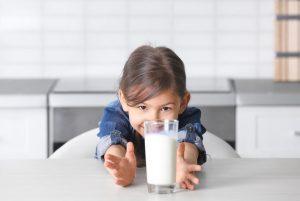 Trẻ còi xương nên uống sữa gì